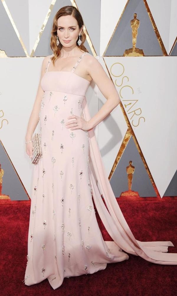 розовое платье Эмили Блант