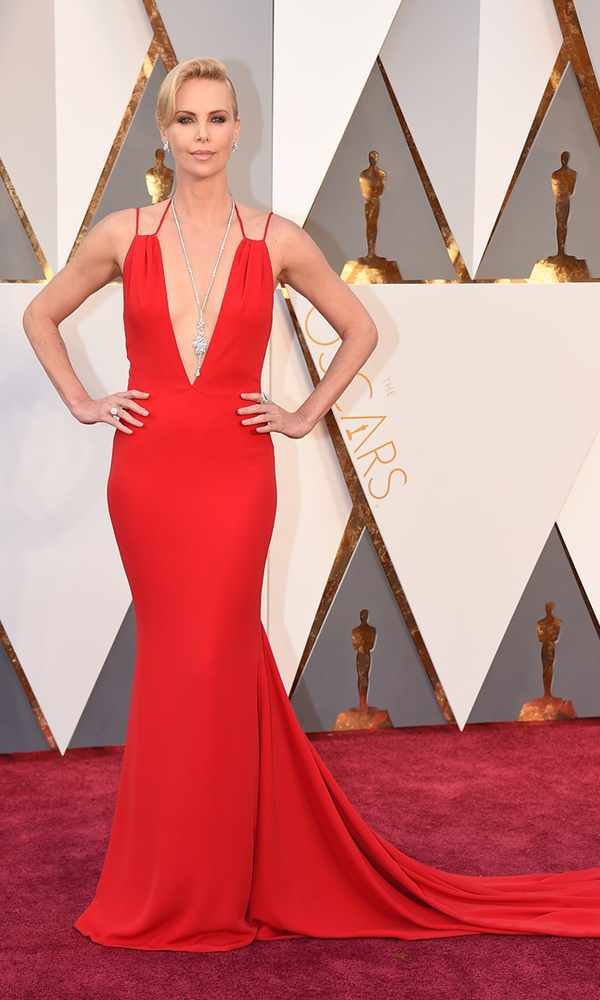 красное платье Шарлиз Терон с декольте
