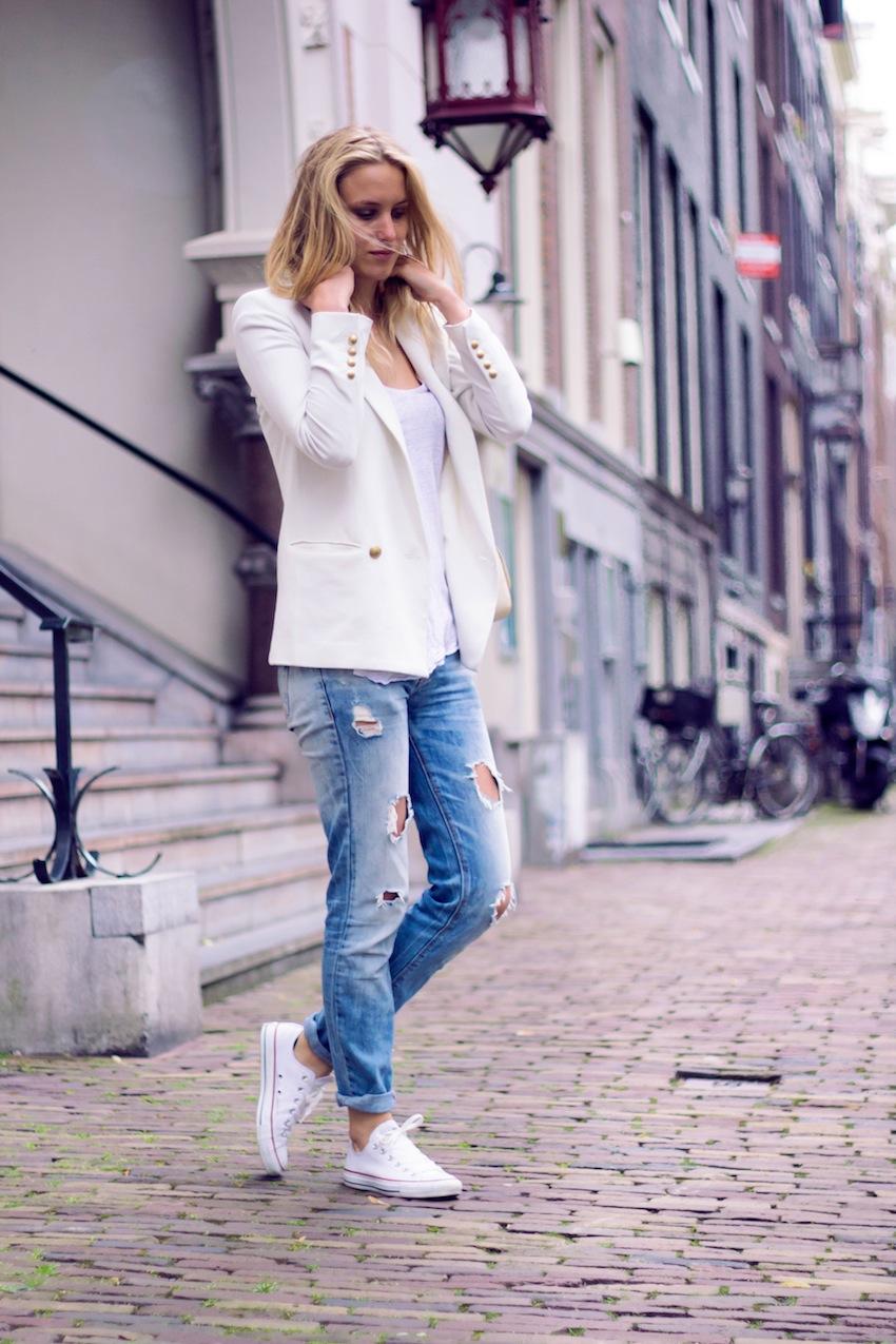 Фото девушек в джинсах с кроссовками