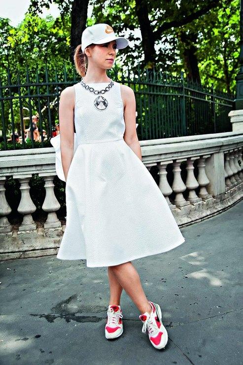 Белые кроссовки с платьем юбкой