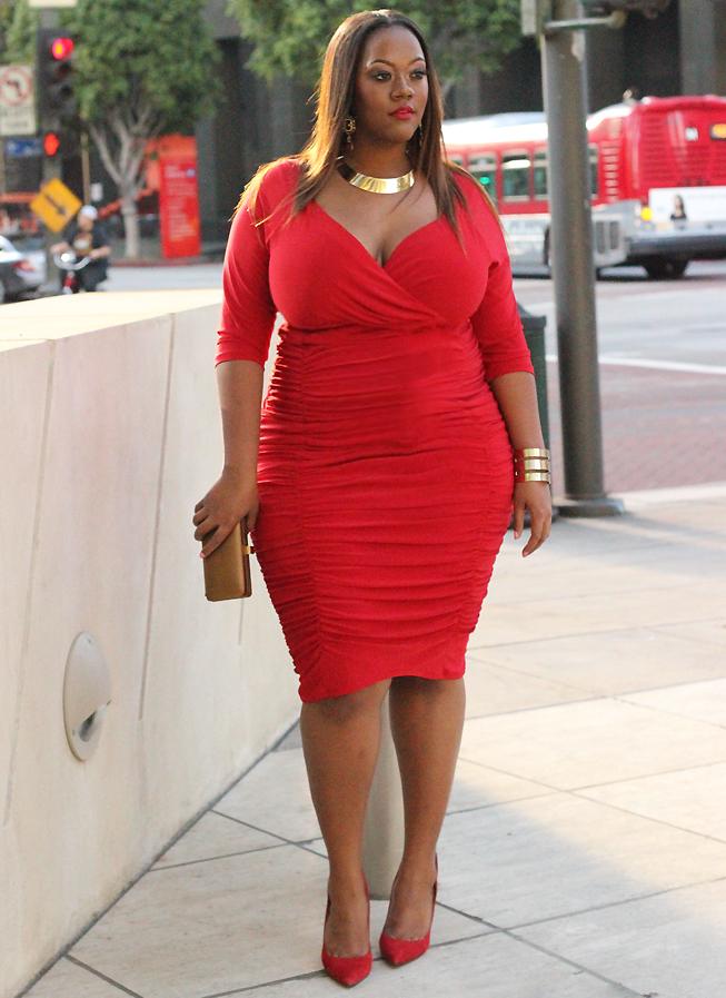Красное платье золотые туфли